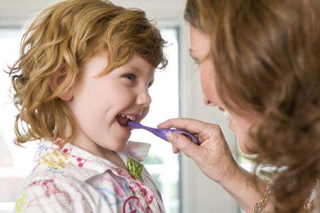 Elterliches Nachputzen der Kinderzähne